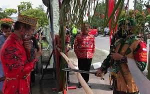 Kedatangan Danrem 102 Panju Panjung di Kodim Kuala Kapuas Disambut Tradisi Potong Pantan