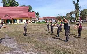 Anggota Polsek Hanau Olahraga Bersama di Sela Pengamanan Pilkada Kalteng