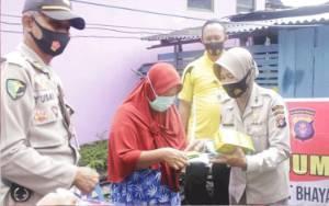 RS Bhayangkara Bagikan Sembako, Masker dan Vitamin ke Rumah Warga