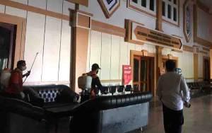 BPBD Kobar Lakukan Penyemprotan Disinfektan di Gedung Perkantoran