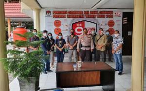 Kabagops Polres Gunung Mas Pimpin Pengawalan Kotak Suara Menuju KPU Kalteng