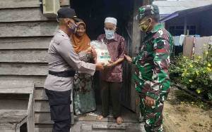 Polsek Hanau Bersama TNI Salurkan Bantuan Beras Untuk Warga