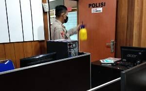 Cegah Penyebaran Covid-19, Personel Bagops dan Humas Polres Kobar Lakukan Penyemprotan Disinfektan