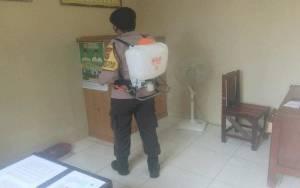 Personel Polsek Basarang Kembali Semprotkan Disinfektan di Mako Cegah Covid-19