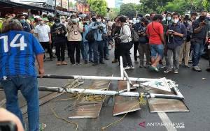 Polisi-TNI Imbau Pencopotan Atribut FPI di Petamburan