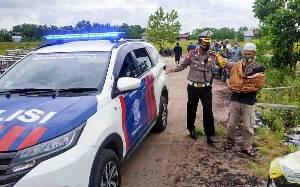 Polisi Tolong Warga Bawa Jenazah Bayi Gunakan Sepeda Motor