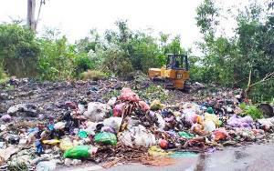 Tumpukan Sampah di Tepi Jalan Negara Desa Kandui Dibersihkan