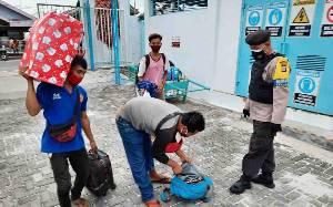 Polsek Kumai dan KPPP Periksa Barang Penumpang Kapal
