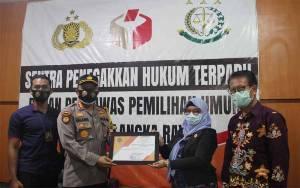 Palangka Raya Terima Penghargaan dari Ketua Bawaslu