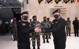 Kapolri Dianugerahi Brevet Hiu Kencana TNI AL