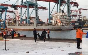 Basarnas Serahkan 17 Kantong Berisi Bagian Tubuh Korban SJ-182