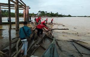 DPC PDIP Katingan Bersihkan Sampah di Sungai Peringati Hari Ulang Tahun