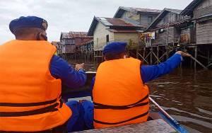 Pantau Debit Air, Polair Polres Seruyan Sisir Bantaran Sungai