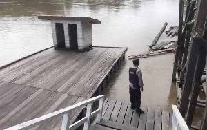 Anggota Polsek Seruyan Tengah Rutin Cek Debit Air Sungai