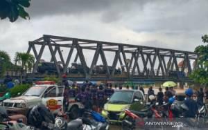 Jokowi Pantau dari Atas Jembatan di Tengah Banjir Kalsel