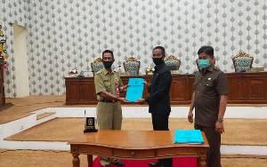 Ketua DPRD Katingan Marwan Susanto didampingi Wakil Ketua Nanang Suriansyah menyerahkan dokumen laporan hasil rapat kerja kepada Asisten I Setda Katingan Edrianto.