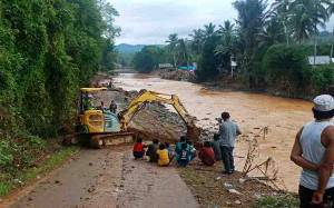 Pemkab Barut Turunkan Alat Berat Buka Akses Jalan Terputus di Kalsel