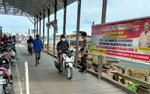 Anggota Polsek Kapuas Hilir Patroli Cek Feri Penyeberangan