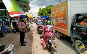 Satbinmas Polres Kapuas Ingatkan Warga Terapkan Protokol Kesehatan di Pasar Mingguan