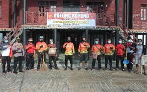 Polres Seruyan Gotong Royong Bersihkan Lingkungan Rumah Betang