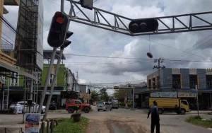 Truk Angkut Alat Berat Tabrak Traffic Ligh Hingga Hampir Patah di Sampit