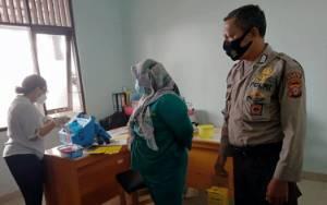 Polisi Amankan Kegiatan Vaksinasi Sinovac di Puskesmas Kalampangan