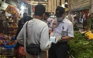 Sekda Kalteng Turun Langsung Bagikan Masker di Pasar