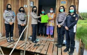 Polwan Polres Kapuas Beri Bantuan Sembako untuk Warga Terdampak Covid-19