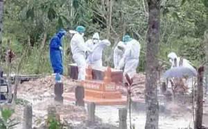 Proses pemakaman jenazah pasien Covid-19, petugas menggunakan APD lengkap.