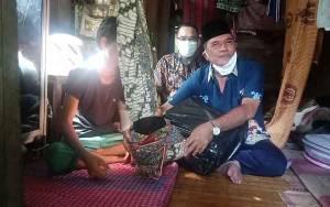 Wakil Ketua DPRD Barito Selatan Bantu Pasutri Kurang Mampu usai Persalinan Secara Caesar