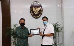 Menteri Kelautan dan Perikanan Sakti Wahyu Trenggono (kiri) menerima Menparekraf Sandiaga Uno di Kantor KKP, Jakarta, Senin (15/2/2021). (foto : ANTARA/HO-KKP)