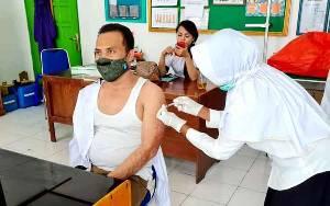 Wakil Ketua I DPRD Barito Utara, Permana Setiawan saat menerima suntik vaksin covid-19 di Puskesmas lanjas Muara Teweh.