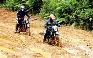 Tinjau Kerusakan Jalan Desa Panaen, Wakil Bupati Barito Utara Temukan 3 Titik Perlu Penanganan Segera