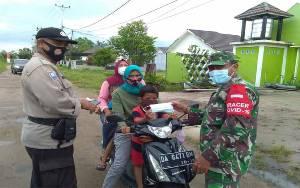 Babinsa Bersama Kelurahan Sabaru Konsisten Edukasi dan Bagikan Masker di Posko PPKM Mikro