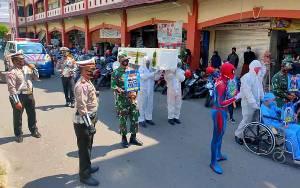 Petugas Berpakaian APD dan Membawa Peti Jenazah Ajak Masyarakat Kotim Terapkan Prokes Covid-19