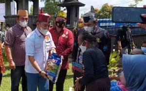 Ketua DAD Kalteng Beri Bantuan Sembako Pada Warga Kurang Mampu