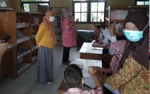 Perpustakaan keliling dari Dinas Perpustakaan dan Kearsipan Kota Palangka Raya saat mensosialisasikan budaya gemar membaca dan literasi kepada peserta didik yang ada di SDN-2 Marang, Kecamatan Bukit Batu, Kamis, 4 Maret 2021.