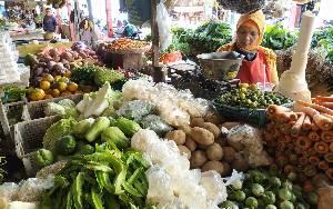 Lapak pedagang sayur di Pasar Kuala Pembuang.