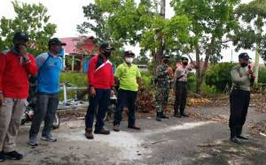 Anggota Polsek Selat Ikuti Kegiatan Jumat Bersih Berantas Sarang Nyamuk di Selat Utara