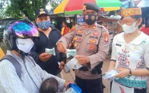 Warga Kelurahan Kereng Bangkirai Gotong Royong Bersihkan Lingkungan
