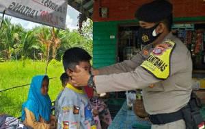 Peduli Anak-Anak di Masa Pandemi, Personel Polsek Kapuas Berikan Masker Sambil Edukasi