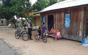 Personel Sabhara Polres Seruyan Tebar Pesona Sambil Patroli, Polwan Bagikan Sembako