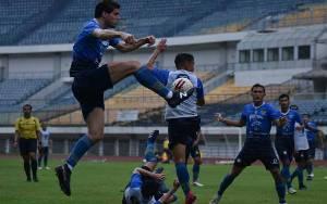 Bek Persib Nick Kuipers saat mengikuti gim internal yang digelar Persib Bandung, di Stadion Gelora Bandung Lautan Api (GBLA), Jawa Barat, Sabtu (7/3/2021)