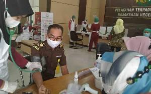 Pegawai Kejari Kapuas dan IAD Terima Vaksinasi Covid-19