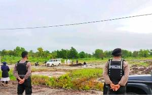 Anggota Polresta Palangka Raya Kawal Pemakaman Jenasah Suspek Covid-19