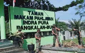 Sambut HUT Korem 102 Panju Panjung, Kodim Pangkalan Bun Bersihkan Makam Pahlawan