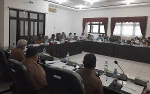 Ketua DPRD Gumas Pimpin Rapat Pembahasan 2 Raperda