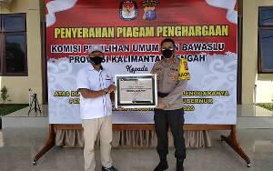 Polres Seruyan Terima Piagam Penghargaan Bawaslu