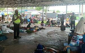 Personel Satlantas Polres Kapuas Sambangi Pedagang Ajak Patuhi Protokol Kesehatan