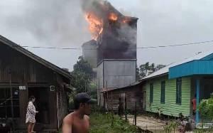 Diduga Disambar Petir saat Hujan Deras, Gedung Walet di Desa Pelangsiar Terbakar